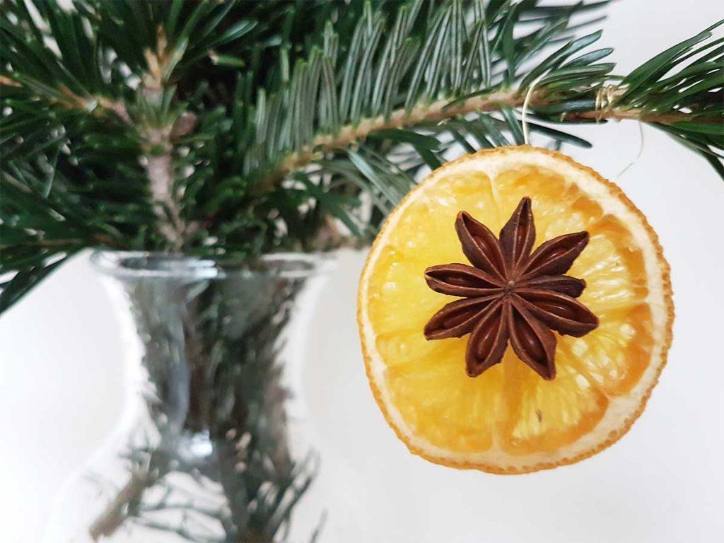 Weihnachtsdeko mit Orangenscheiben